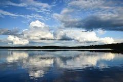 Bezinning van wolken op een meer Royalty-vrije Stock Foto's