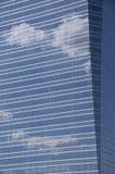 Bezinning van wolken op kristalmuur Stock Foto