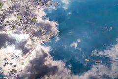 Bezinning van wolken in watermeer royalty-vrije stock afbeelding
