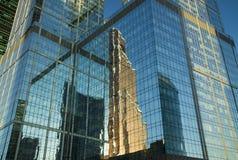 Bezinning van wolkenkrabbers in de Vensters van de torens Royalty-vrije Stock Foto's
