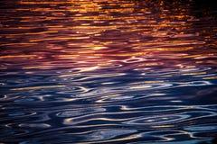 Bezinning van zon in water stock afbeeldingen