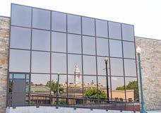 Bezinningen aan glaskant van de bouw van stadhuis en het gebied van de binnenstad Schenectady New York royalty-vrije stock afbeelding