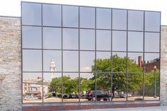 Bezinningen aan glaskant van de bouw van stadhuis en het gebied van de binnenstad Schenectady New York stock foto's