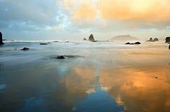 Bezinningen in Dawn in de Stille Oceaan Stock Afbeeldingen