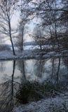 Bezinningen in de rivier stour stock foto