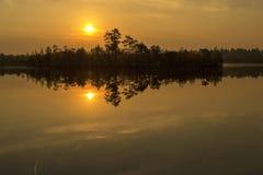 Bezinningen de zon op het meer Royalty-vrije Stock Fotografie