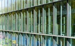 Bezinningen en steunen in een groot glas façade royalty-vrije stock fotografie