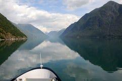 Bezinningen in Fjaerlandsfjord, Noorwegen Stock Afbeeldingen