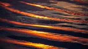 Bezinningen in het donkere vulkanische zand Stock Afbeelding