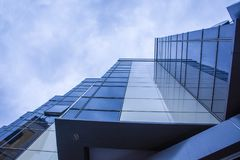 Bezinningen in het glas van moderne de bouwbuitenkant Stock Afbeelding