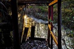 Bezinningen in het water in een zonsondergang Royalty-vrije Stock Foto's