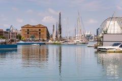 Bezinningen in het water van gebouwen en havenkranen van Porto Antico in Genua, Liguri?, Itali?, Europa royalty-vrije stock afbeelding