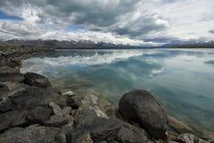 Bezinningen in Kanaal boven Meer Pukaki. Nieuw Zeeland Stock Foto's