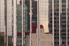 Bezinningen in moderne glas-ommuurde de bouwvoorzijde Royalty-vrije Stock Afbeelding