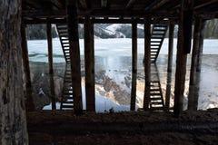 Bezinningen onder van het Zuid- dolomietitalië van het pijlermeer braies Tirol Stock Foto's