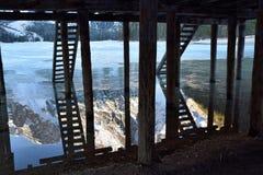 Bezinningen onder van het Zuid- dolomietitalië van het pijlermeer braies Tirol Stock Afbeelding