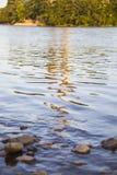 Bezinningen over gegolft water stock afbeelding