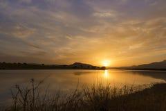 Bezinningen over het meer bij zonsondergang Royalty-vrije Stock Foto's