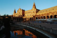 Bezinningen over het water van het koninklijke paleis in Plaza DE Espaňa, Sevilla, Andalusia stock foto