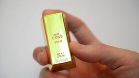 Bezinningen over stapel goudstaven stock footage