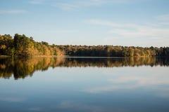 Bezinningen van Autumn Colors Lit door Zon Gelijk te maken royalty-vrije stock foto