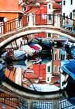 Bezinningen van boten en kleurrijke gebouwen in Burano Italië Stock Fotografie