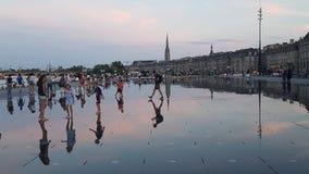 Bezinningen van de fontein van de waterspiegel in Bordeaux, Frankrijk royalty-vrije stock afbeeldingen