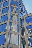 Bezinningen van het Monument aan de grote brand in Londen in het financiële district van de Stad van Londen Stock Foto's