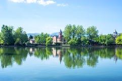 Bezinningen van het park en de huizen rond het meer Stock Fotografie