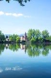 Bezinningen van het park en de huizen rond het meer Royalty-vrije Stock Fotografie