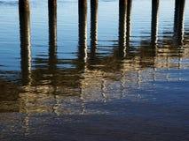 Bezinningen van Pier stock afbeeldingen