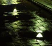 Bezinningen van straatlantaarns op natte brugnacht stock foto