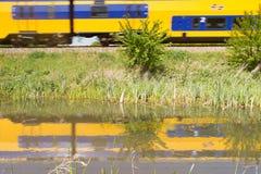 Bezinningen van trein in het water in Hoogeveen, Nederland Royalty-vrije Stock Afbeeldingen
