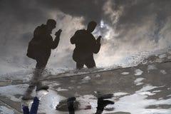 Bezinningen van twee mensen in water royalty-vrije stock fotografie