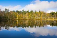 Bezinningen van Zweeds meer Stock Fotografie