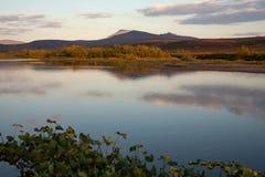 Bezinningsbergen in een rustige rivier royalty-vrije stock foto