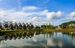 Bezinningsmeer met stadspark stock afbeeldingen