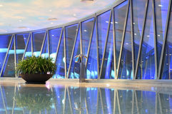 Bezirk - Ausblickfernsehkontrollturm mit großer Anlage Lizenzfreie Stockfotos