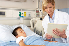 Bezirk Doktor-Visiting Child Patient On Stockfoto