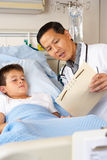 Bezirk Doktor-Visiting Child Patient On Lizenzfreie Stockfotos