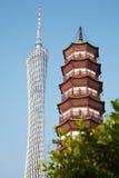 Bezirk-Kontrollturm und Blumen-Pagode des Tempels Stockfoto