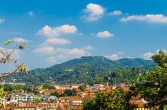 Bezirksviertel Vogelperspektive-Turins Borgo PO und katholische Kirche Basilica di Superga lizenzfreies stockfoto