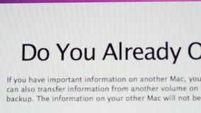 Bezit u reeds een MAC-vraag tijdens MacOs installeert stock videobeelden