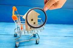 Bezitsinvestering en het financiële concept van de huishypotheek buying stock afbeeldingen