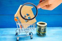 Bezitsinvestering en het financiële concept van de huishypotheek buying royalty-vrije stock foto's