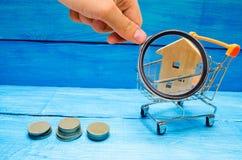 Bezitsinvestering en het financiële concept van de huishypotheek buying stock afbeelding