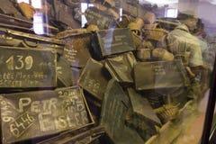 Bezittingen (koffers) van de mensen gedood in Auschwitz stock afbeelding