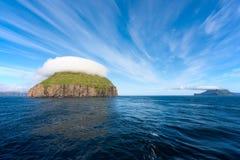 Bezludna wyspa z dziwaczną nakrętką chmury Zdjęcia Stock
