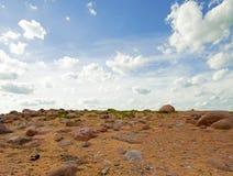 Bezludny krajobraz z piaskiem, kamienie Zdjęcie Royalty Free