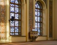 Bezm-i Alem Valide Sultan Mosque-imam die in de preekstoel prediken Royalty-vrije Stock Fotografie